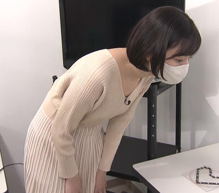 田中瞳アナ Vネックのニットで前かがみキャプ・エロ画像2