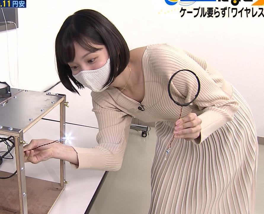 田中瞳アナ Vネックのニットで前かがみキャプ・エロ画像4