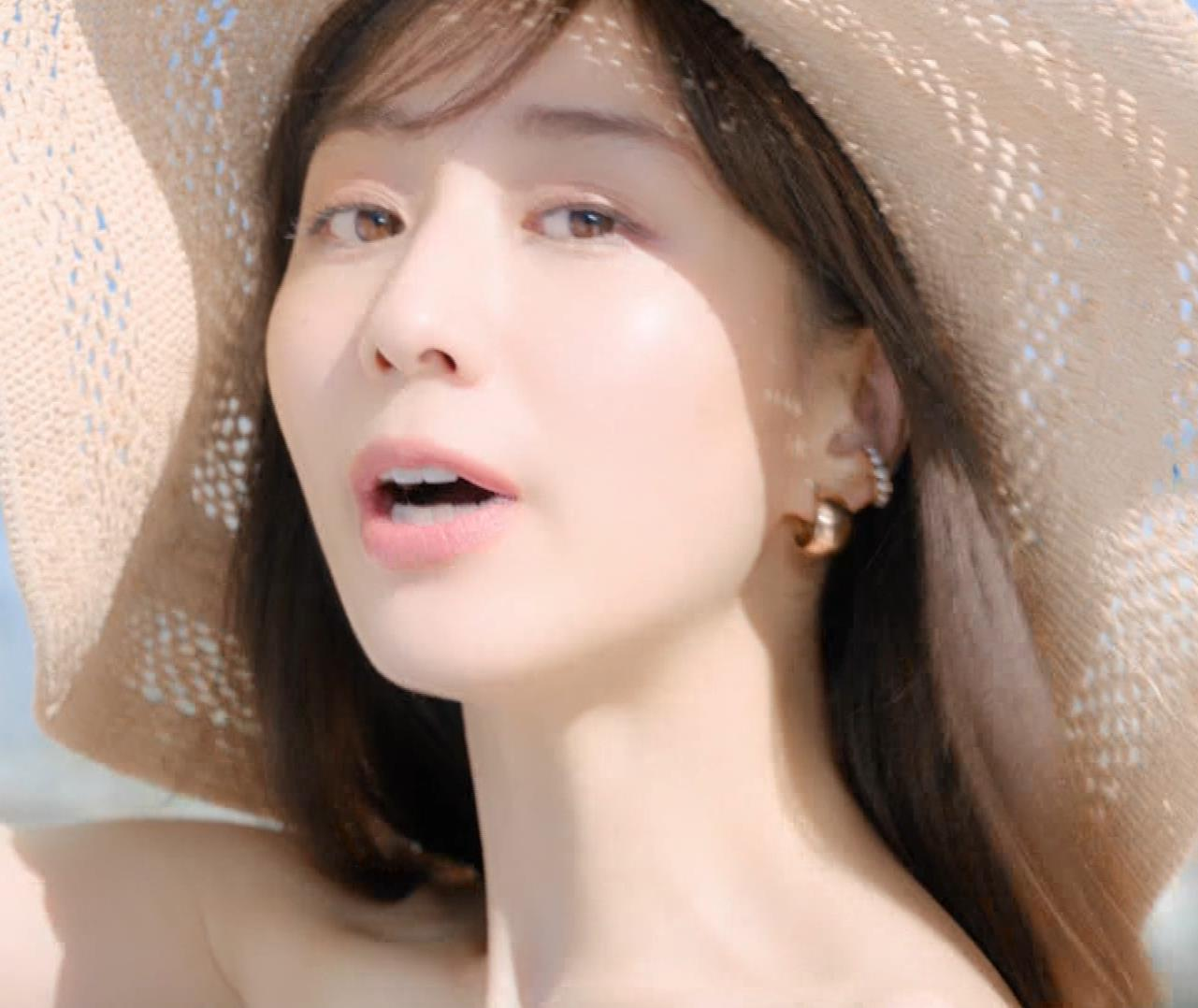 田中みな実 肌が露出しまくりドレスのCMキャプ・エロ画像2