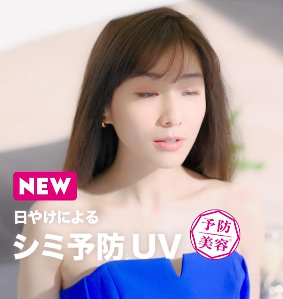 田中みな実 肌が露出しまくりドレスのCMキャプ・エロ画像8