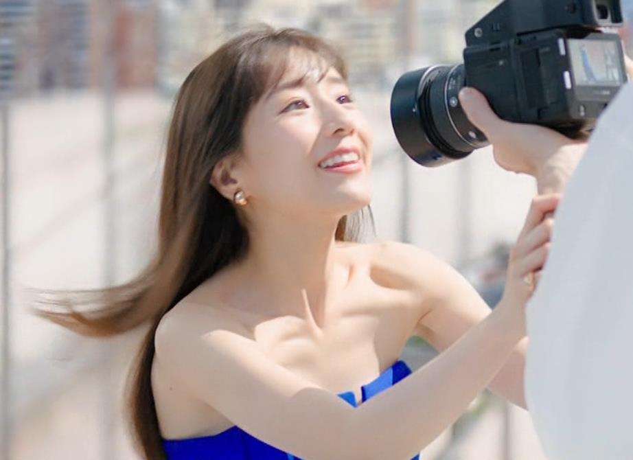 田中みな実 肌が露出しまくりドレスのCMキャプ・エロ画像10