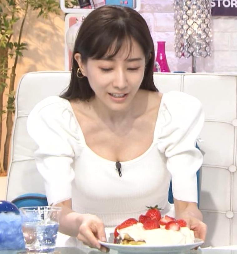田中みな実 胸元が開いた服で前かがみおっぱいチラキャプ・エロ画像