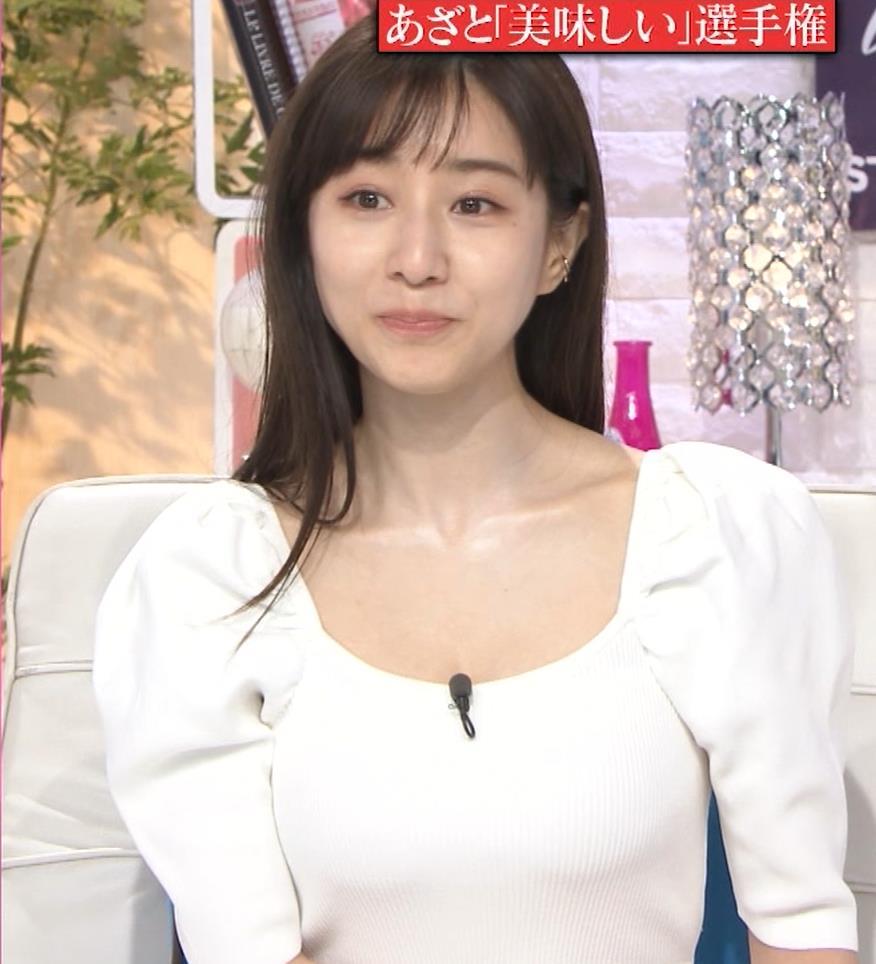 田中みな実 胸元が開いた服で前かがみおっぱいチラキャプ・エロ画像2