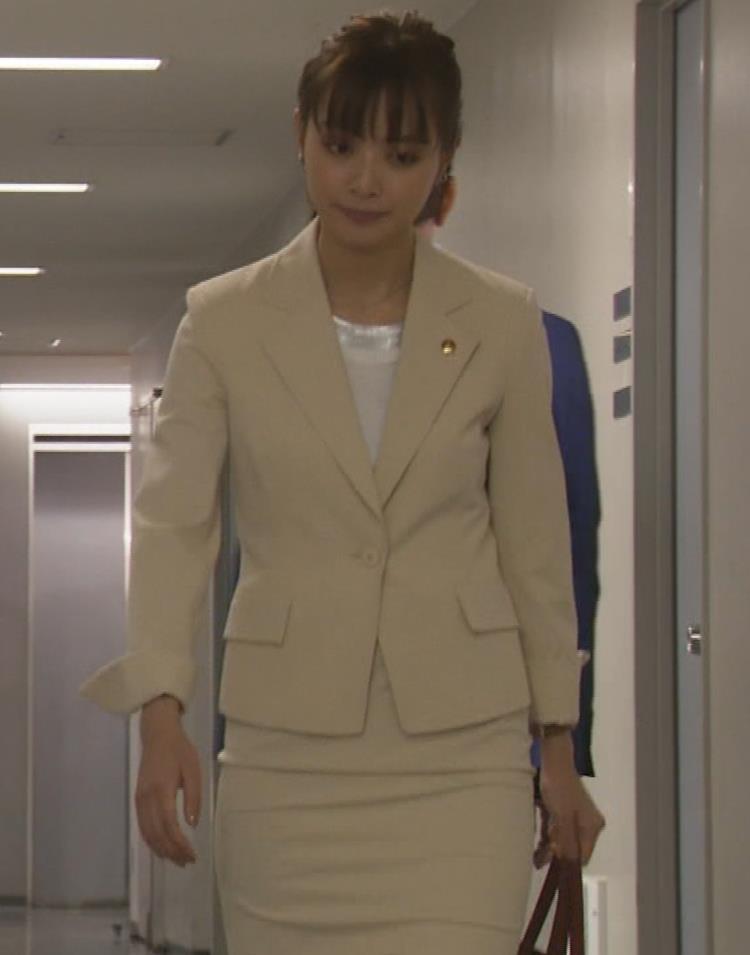 内田理央 パンツスタイルにタイトスカート!お尻がエロい刑事ドラマキャプ・エロ画像11