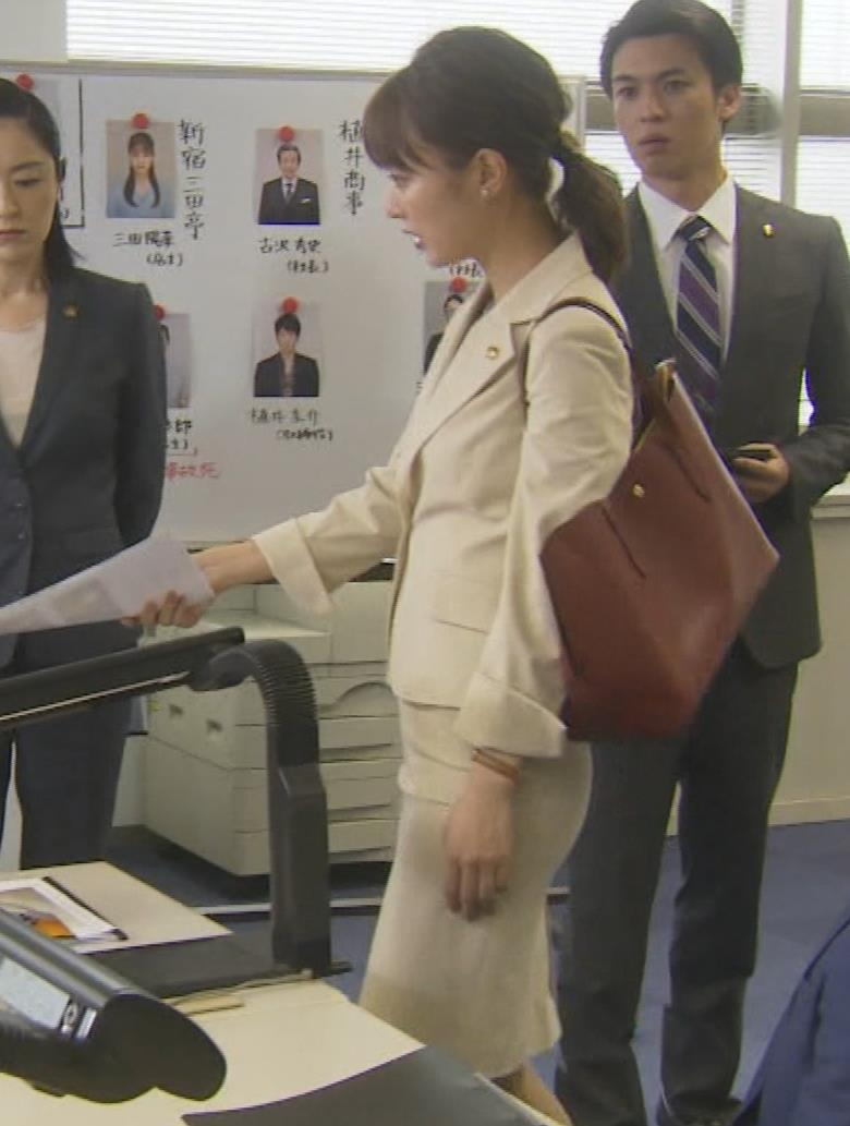 内田理央 パンツスタイルにタイトスカート!お尻がエロい刑事ドラマキャプ・エロ画像13