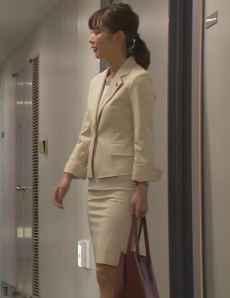 内田理央 パンツスタイルにタイトスカート!お尻がエロい刑事ドラマキャプ・エロ画像10
