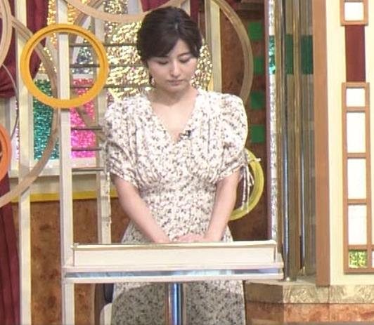 宇賀なつみアナ Vネック胸元エロキャプ・エロ画像