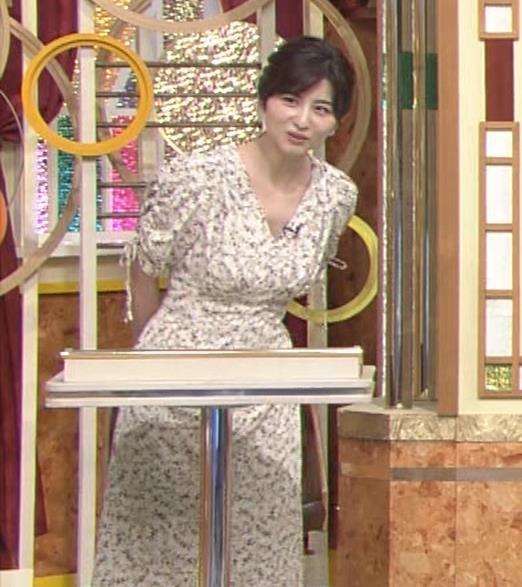 宇賀なつみアナ Vネック胸元エロキャプ・エロ画像11