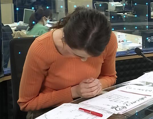 山形純菜アナ ニットおっぱい、横乳キャプ・エロ画像2
