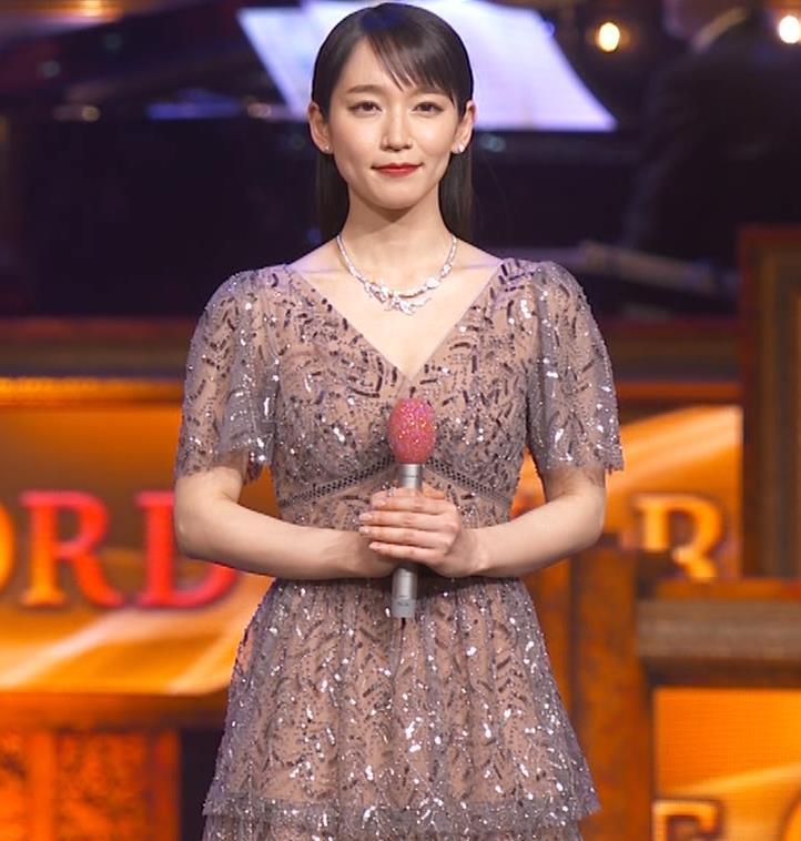 吉岡里帆 胸がエロいドレスキャプ・エロ画像11