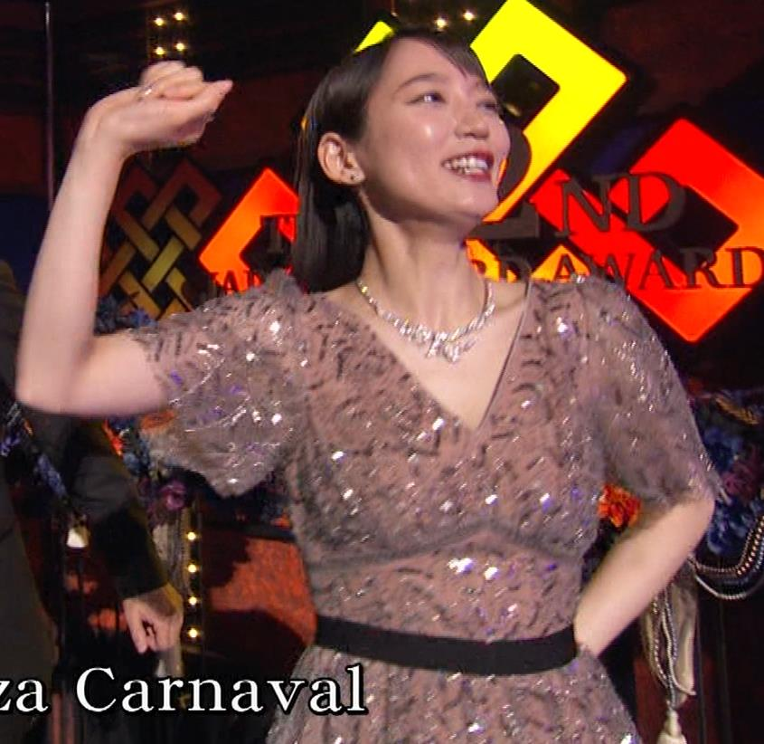 吉岡里帆 胸がエロいドレスキャプ・エロ画像12