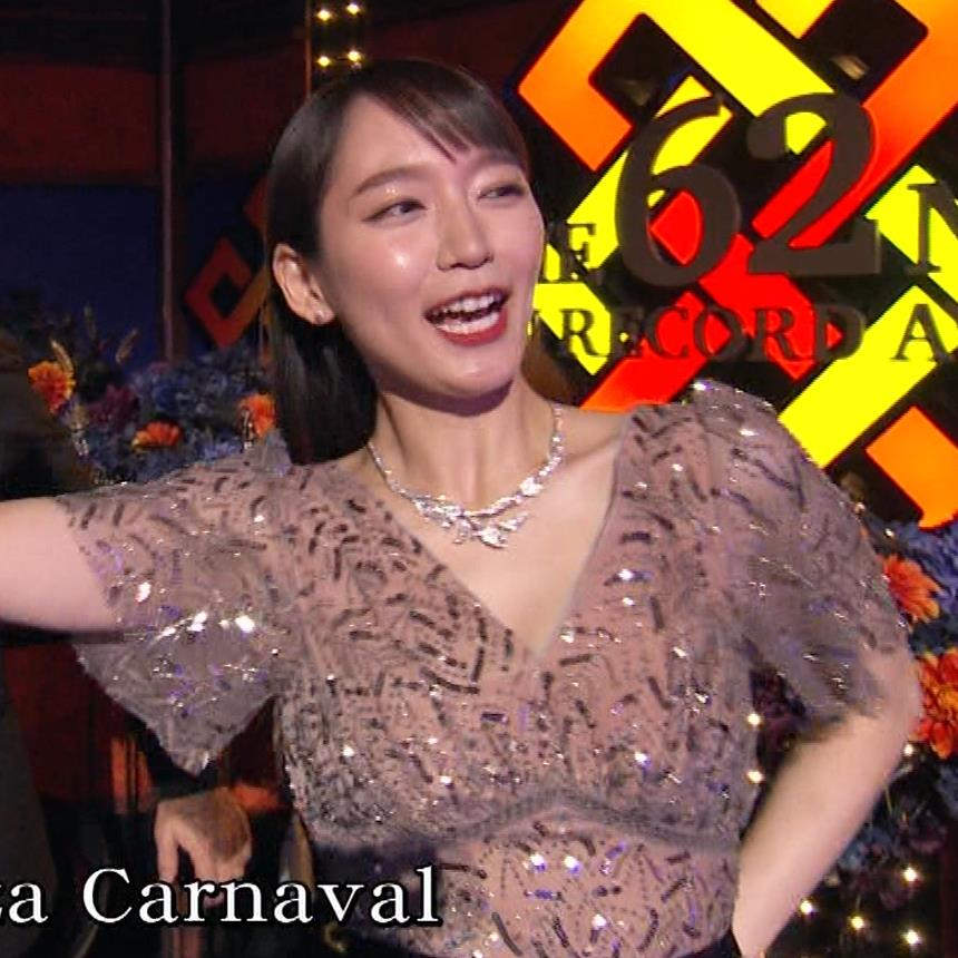 吉岡里帆 胸がエロいドレスキャプ・エロ画像13