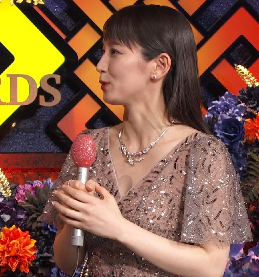 吉岡里帆 胸がエロいドレスキャプ・エロ画像4