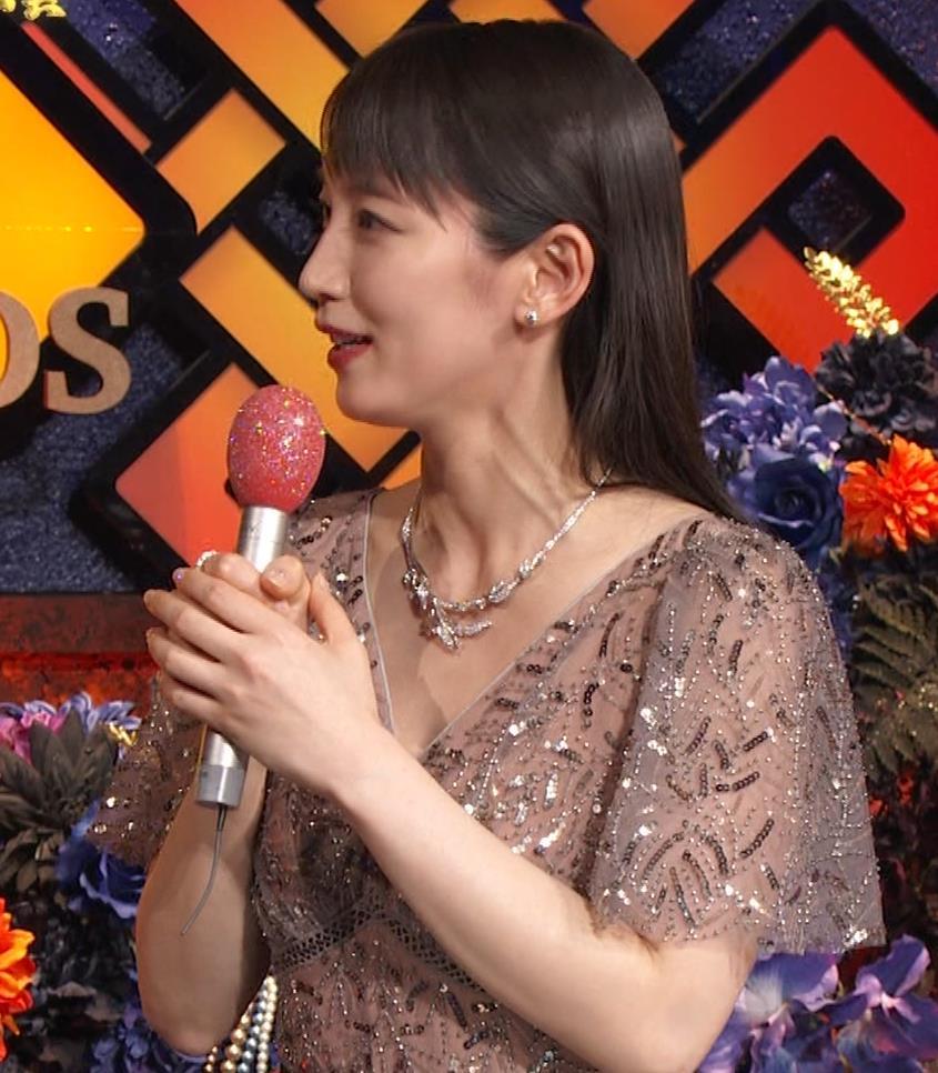 吉岡里帆 胸がエロいドレスキャプ・エロ画像5