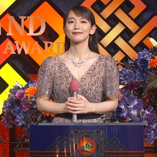 吉岡里帆 胸がエロいドレスキャプ・エロ画像6