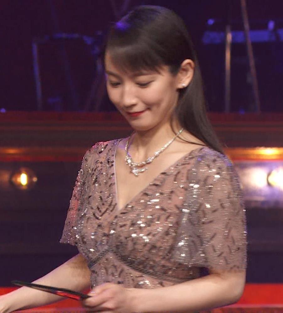 吉岡里帆 胸がエロいドレスキャプ・エロ画像8