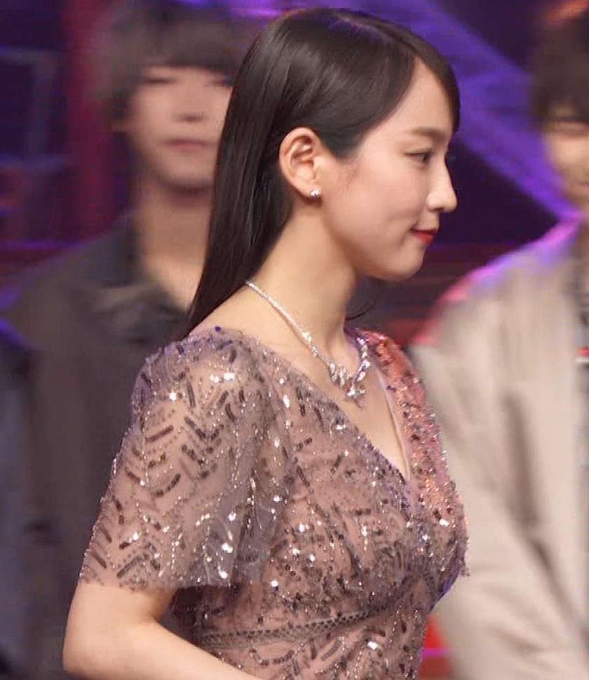 吉岡里帆 胸がエロいドレスキャプ・エロ画像9