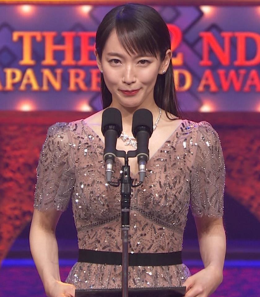 吉岡里帆 胸がエロいドレスキャプ・エロ画像10