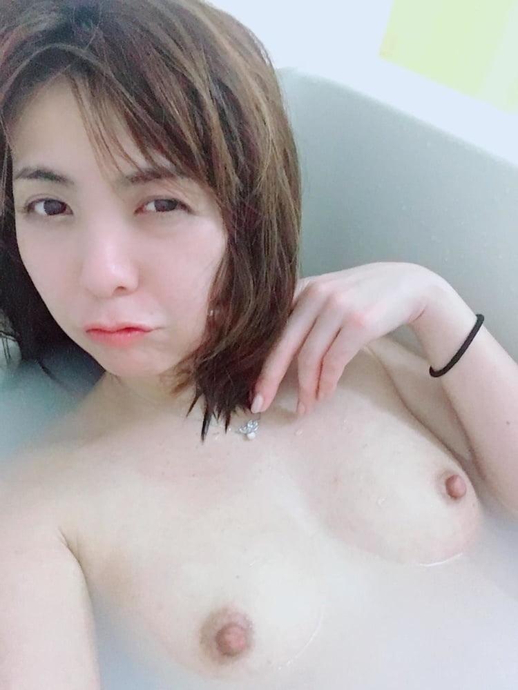キュートなシンガポール素人美女の自分撮りヌード画像 11
