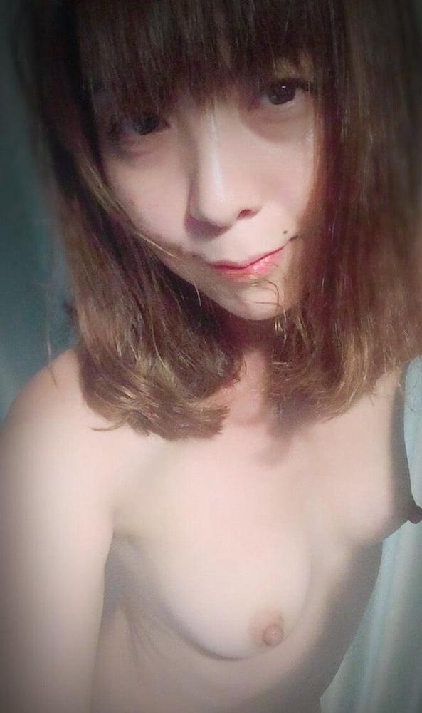 キュートなシンガポール素人美女の自分撮りヌード画像 14