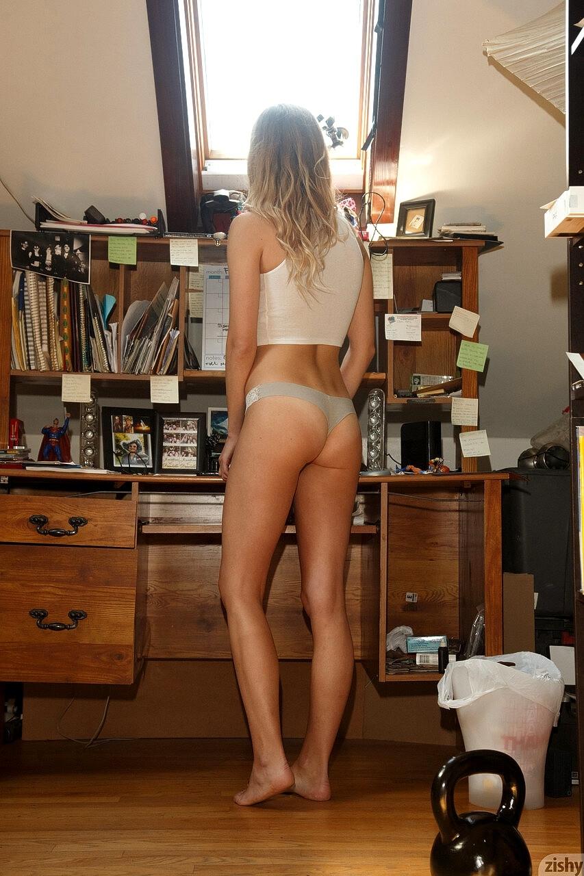 パンティ姿のブロンド美女の美ヒップ画像 10