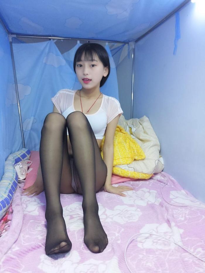 美脚な黒髪美少女のストッキング画像 7