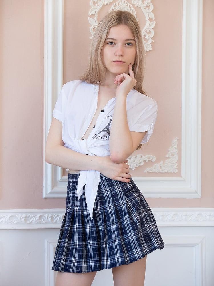 美微乳なロシア美少女のJK制服ヌード画像 1
