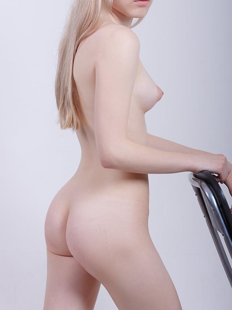 美微乳なロシア美少女のJK制服ヌード画像 8
