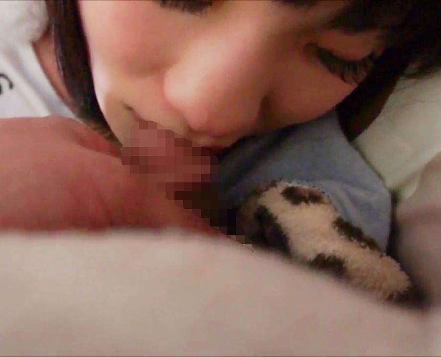 熟睡している美少女の服を脱がして挿入しちゃってる画像 11