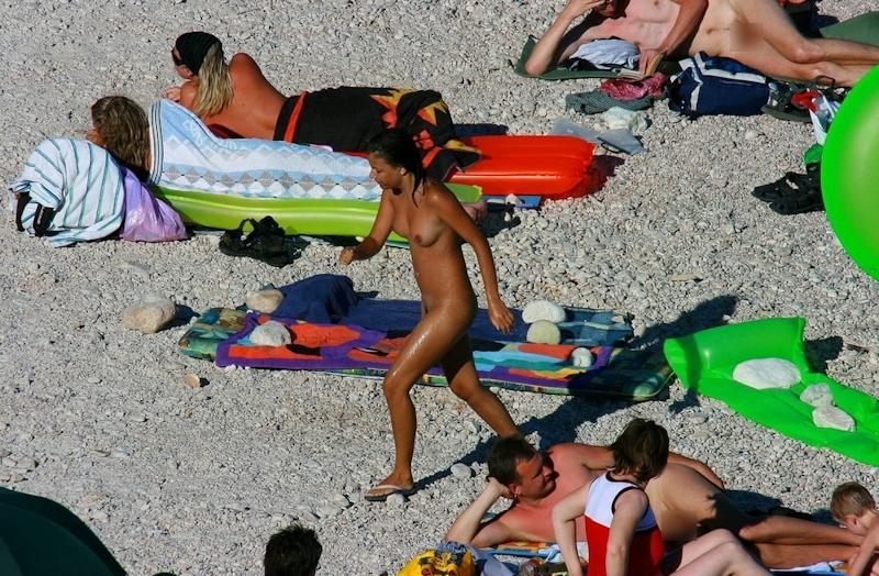 ヌーディストビーチではしゃぐ若者を盗撮した画像 2