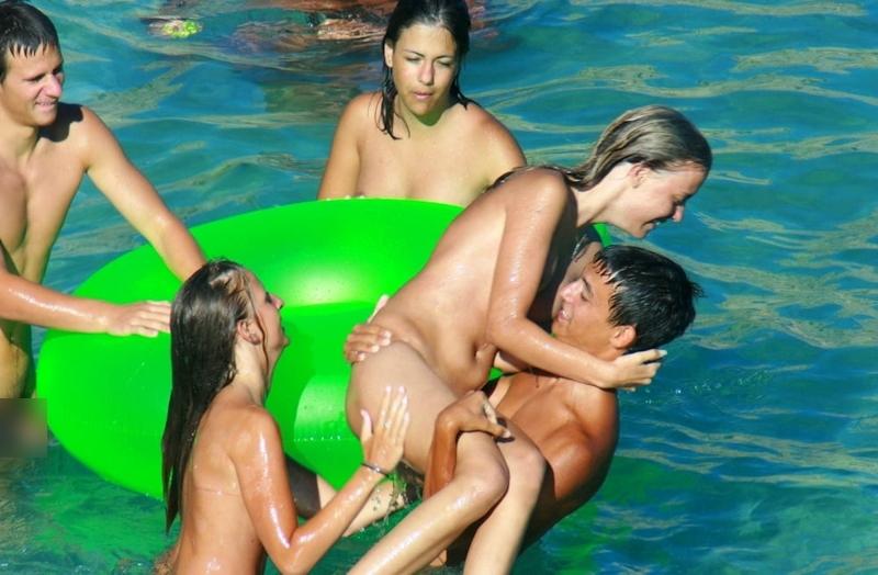 ヌーディストビーチではしゃぐ若者を盗撮した画像 7
