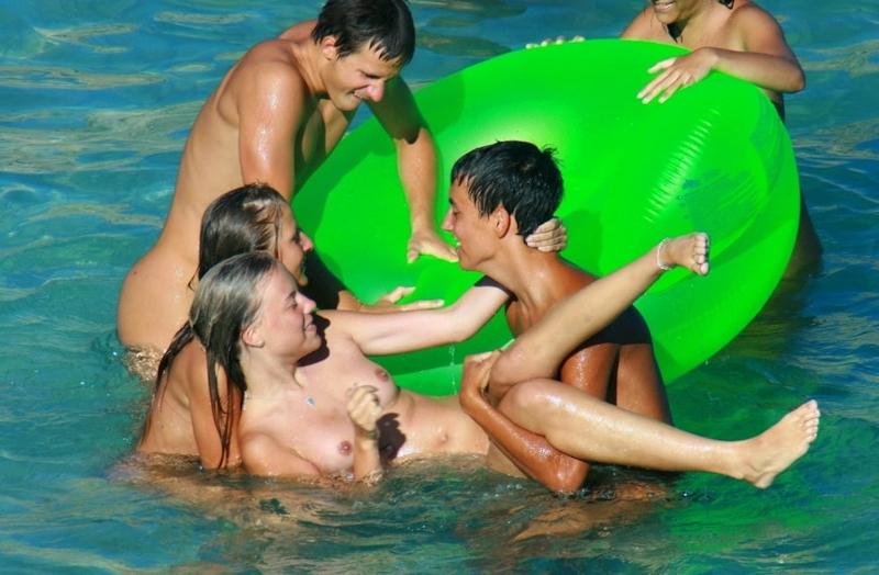 ヌーディストビーチではしゃぐ若者を盗撮した画像 8