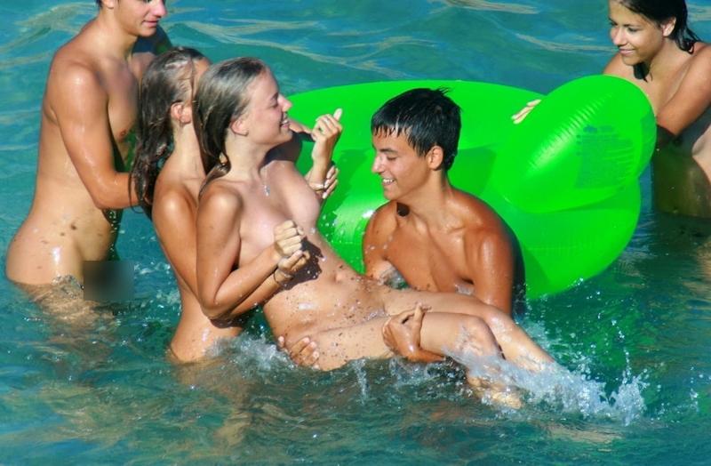 ヌーディストビーチではしゃぐ若者を盗撮した画像 9