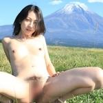 富士山をバックに撮影した素人美女の野外露出ヌード画像