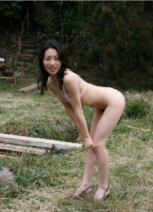 富士山をバックに撮影した素人美女の野外露出ヌード画像 2