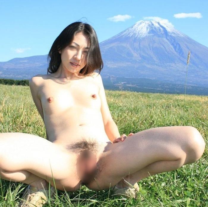 富士山をバックに撮影した素人美女の野外露出ヌード画像 10