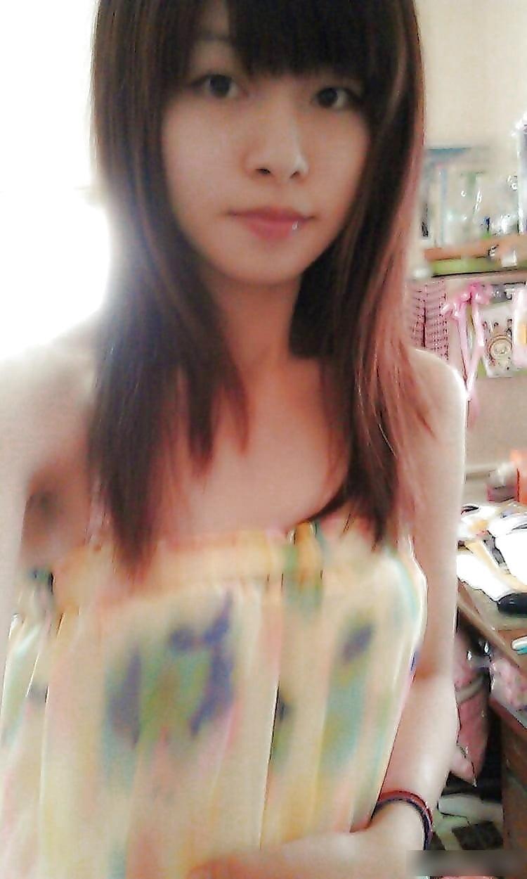 台湾スレンダー素人美少女の自分撮りヌード画像 1