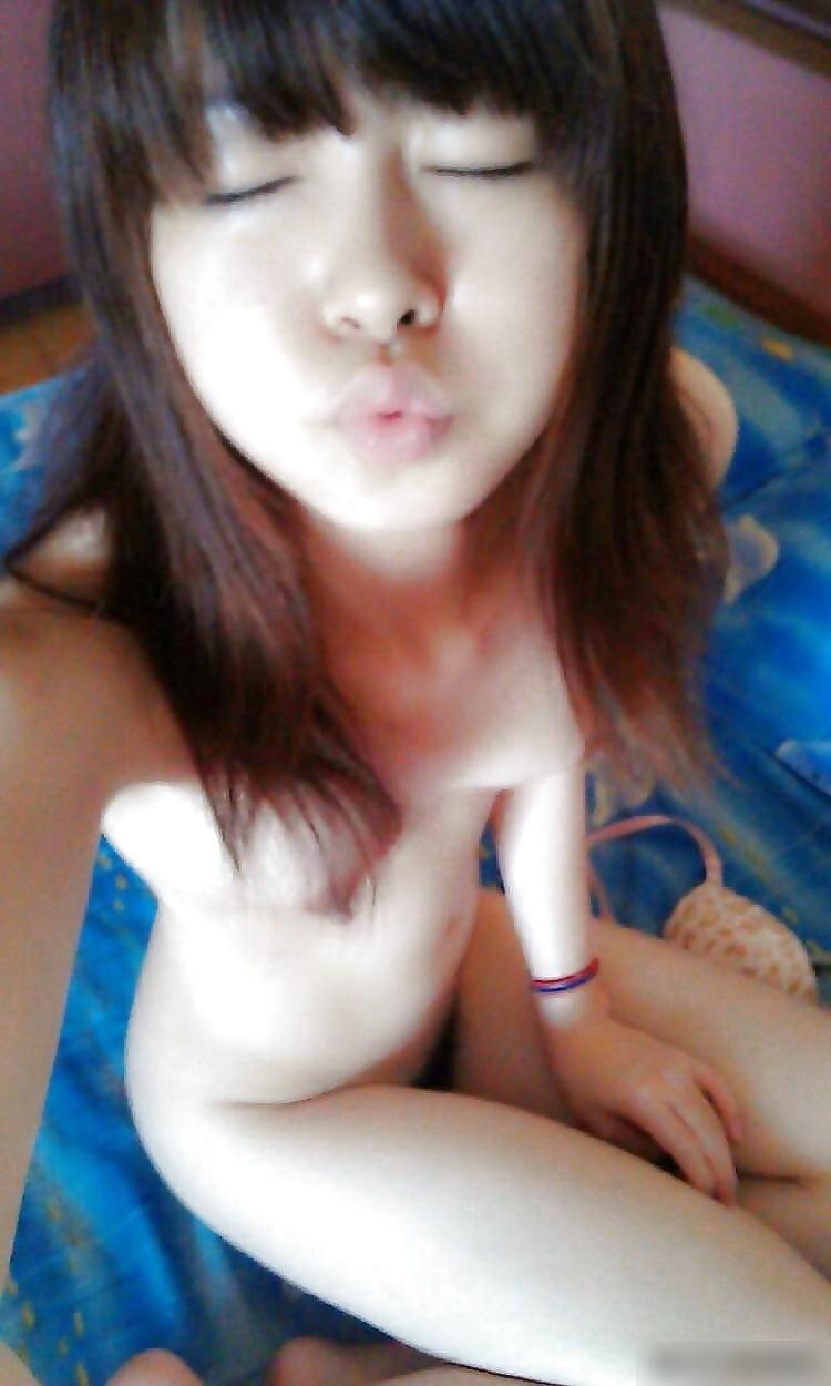 台湾スレンダー素人美少女の自分撮りヌード画像 11