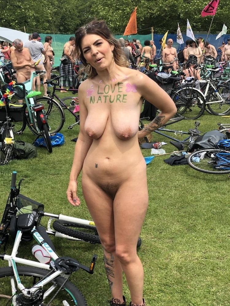 ヌーディストイベントに参加した垂れ乳巨乳女性のヌード画像 11