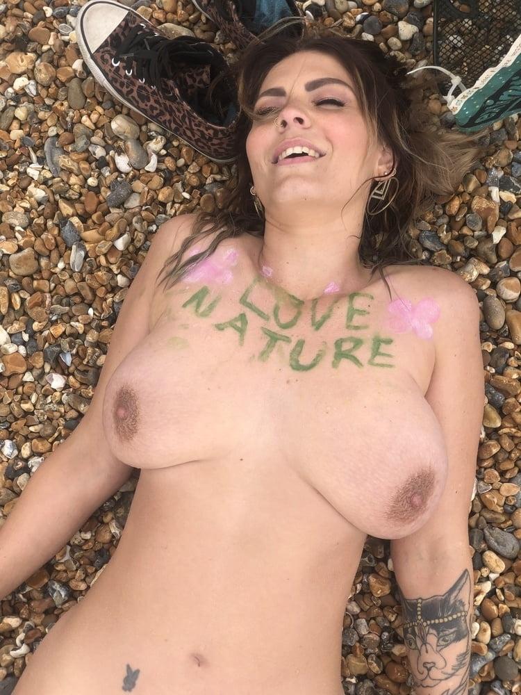 ヌーディストイベントに参加した垂れ乳巨乳女性のヌード画像 14