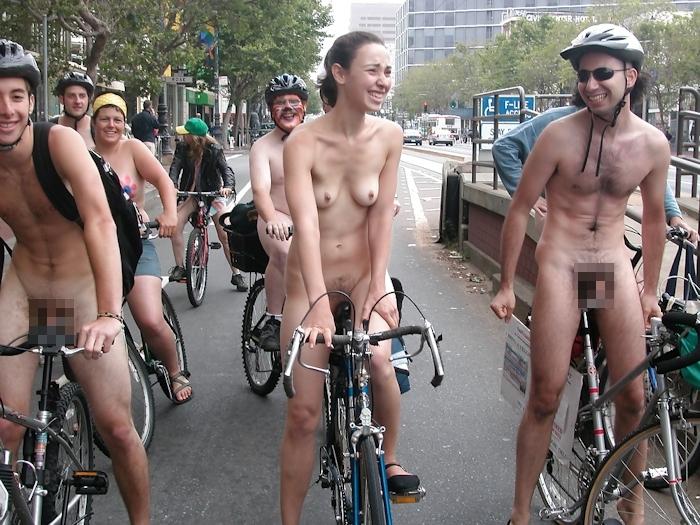 裸で自転車に乗るイベントに参加してる素人美女のヌード画像特集 3