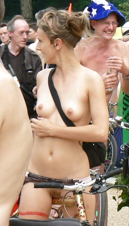 裸で自転車に乗るイベントに参加してる素人美女のヌード画像特集 9
