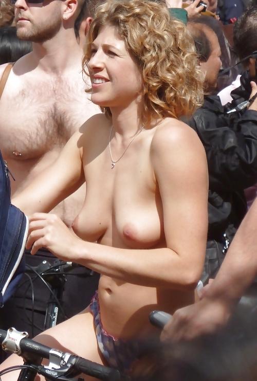 裸で自転車に乗るイベントに参加してる素人美女のヌード画像特集 11