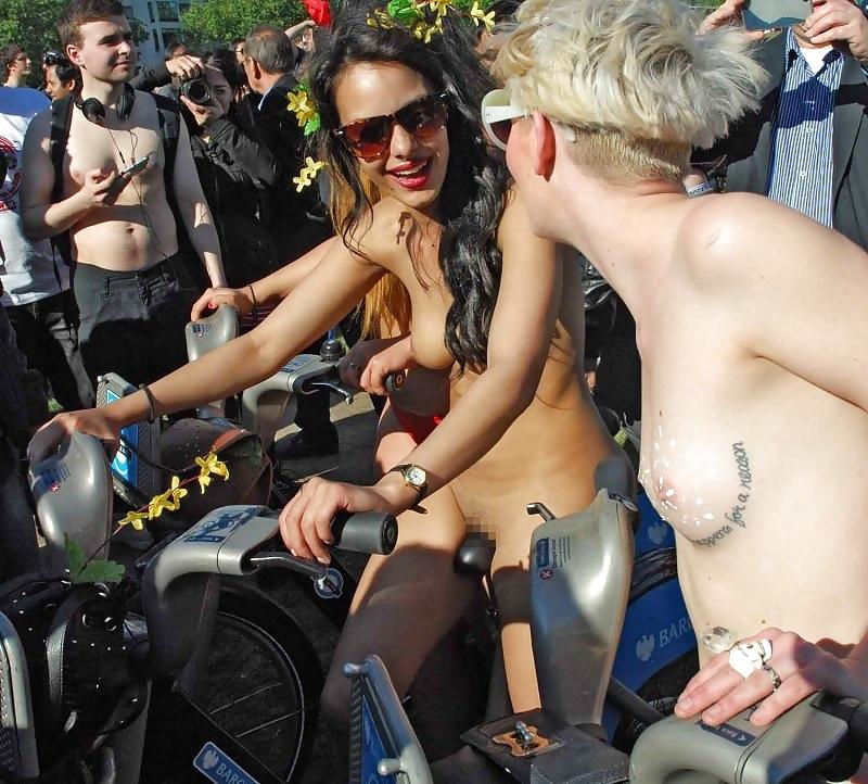 裸で自転車に乗るイベントに参加してる素人美女のヌード画像特集 13