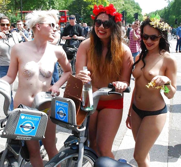 裸で自転車に乗るイベントに参加してる素人美女のヌード画像特集 14