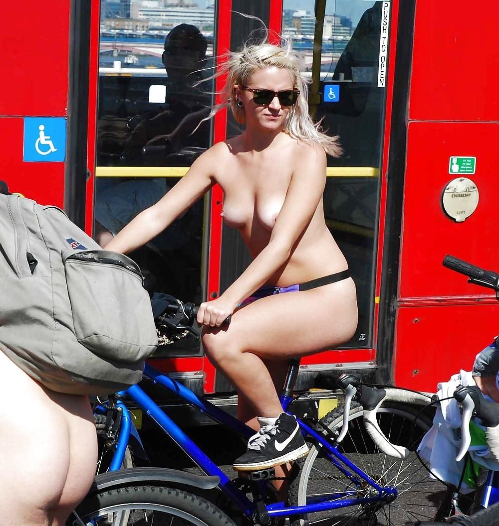 裸で自転車に乗るイベントに参加してる素人美女のヌード画像特集 16