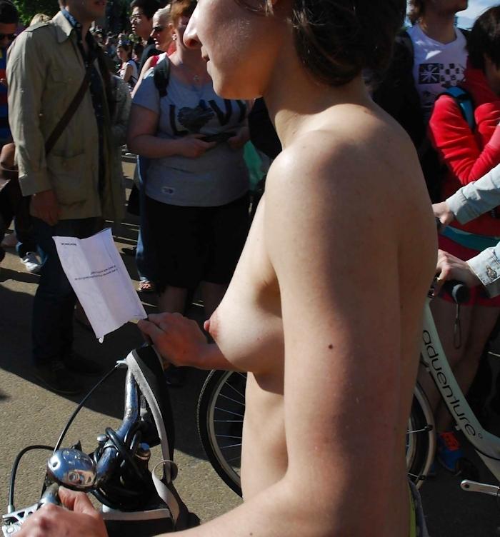 裸で自転車に乗るイベントに参加してる素人美女のヌード画像特集 21