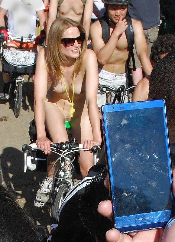 裸で自転車に乗るイベントに参加してる素人美女のヌード画像特集 22