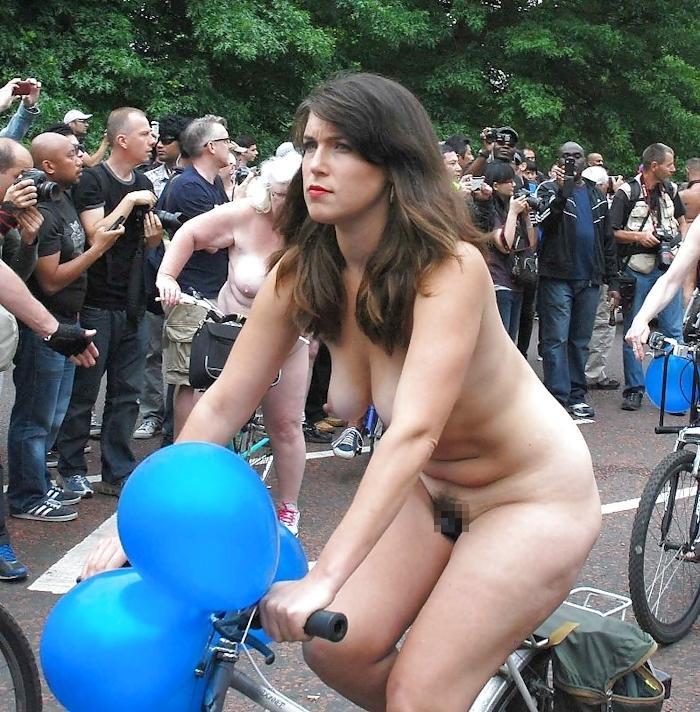 裸で自転車に乗るイベントに参加してる素人美女のヌード画像特集 28