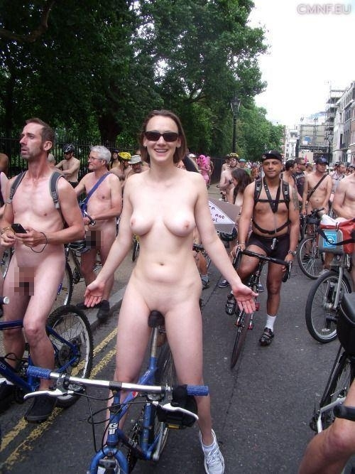 裸で自転車に乗るイベントに参加してる素人美女のヌード画像特集 29